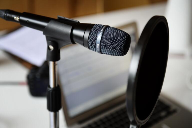 "Podcasten ""Stormens utveckling"" får kritik av SKMA. Genrebild."