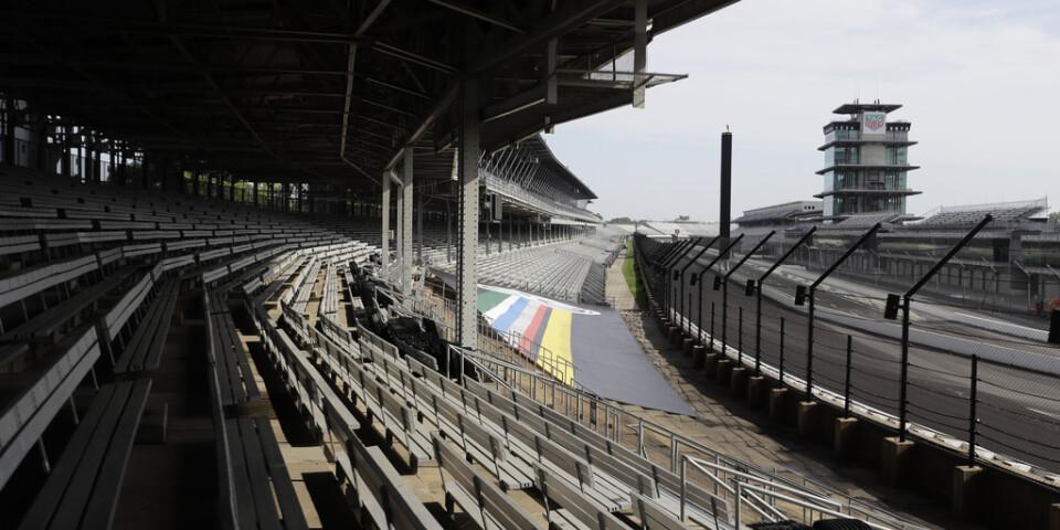 Indianapolis Motor Speedway, här tom, kommer om en månad öppna upp för närmare hundra tusen åskådare. Arkivbild.