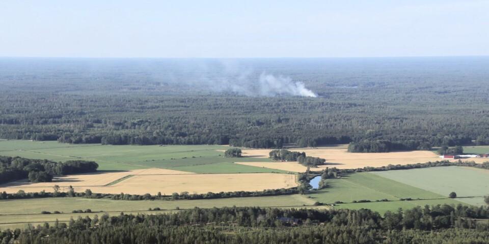 I samband med rundtur med helikopter i Ruda under kvällen den 1 augusti, tog Henrik Tingström foto på skogsbranden i Finsjö. Emån syns i förgrunden.