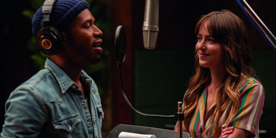 Maggie (Dakota Johnson) träffar artisten David (Kelvin Harrison Jr) och ljuv musik uppstår. Pressbild.