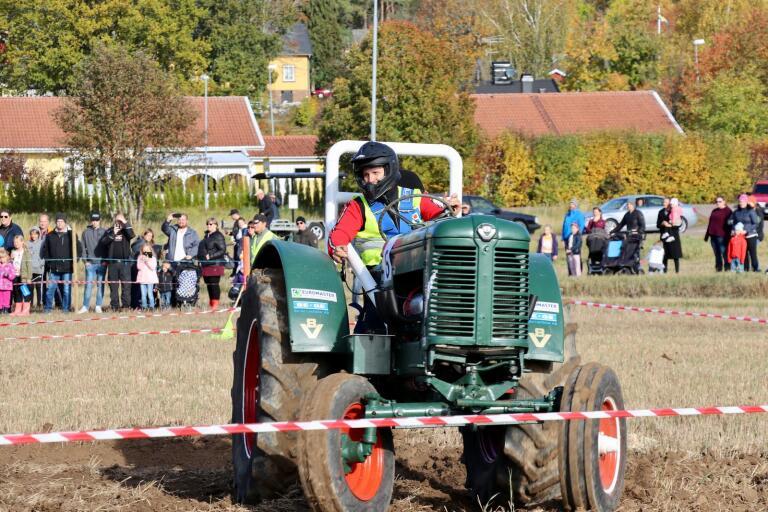 Andreas Bäck var en av förarna i årets traktorrace. När alla delmoment var klara stod det klart att han tog hem bronset.
