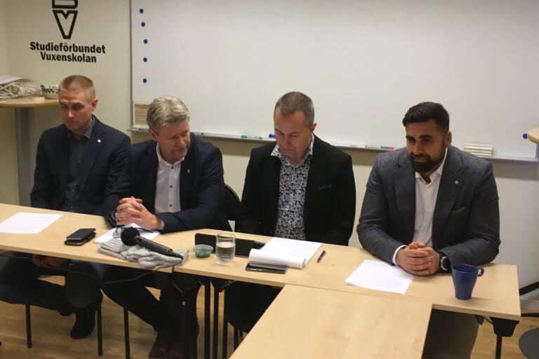 Mikael Dahl (C), Roland Karlsson (C), Mikael Levander (NU) och Dario Mihajlovic (NU) presenterar överenskommelsen.