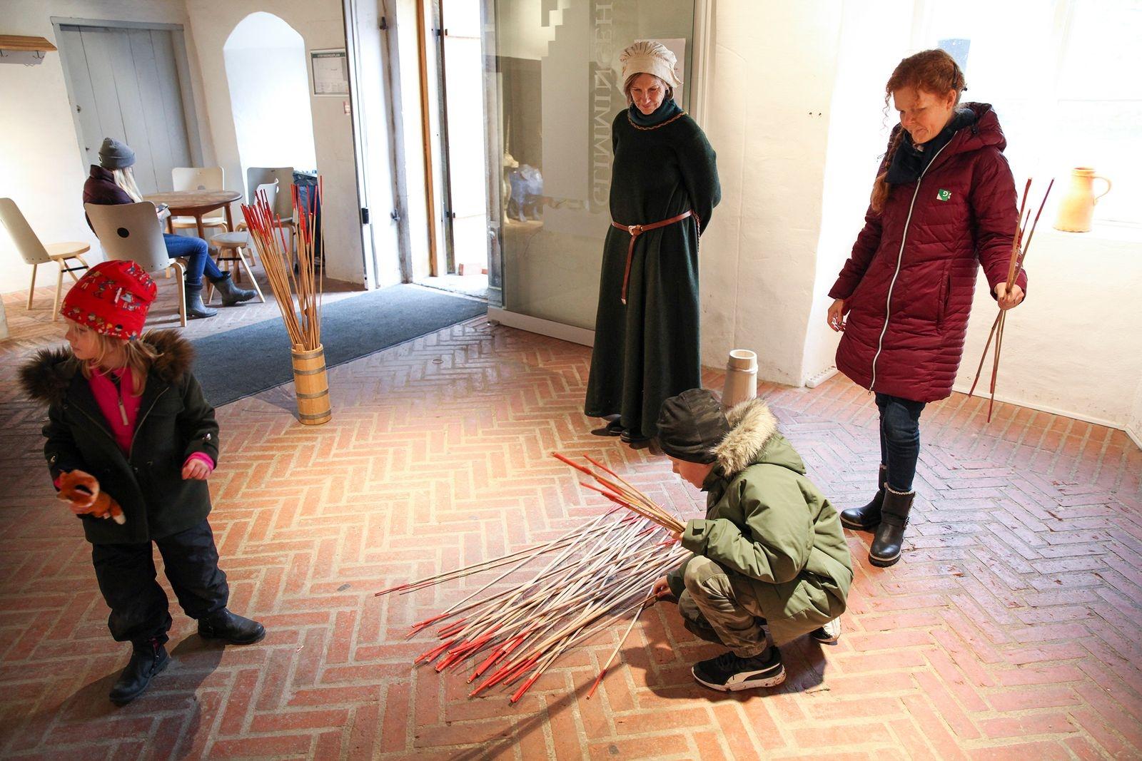 Ludvig Jepsson utmanade mamma Erika i ett gigantiskt plockepinn och tog lätt hem segern.