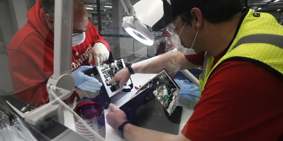 En Ford-anställd inspekterar en respirator, som tillverkats vid en av bolagets anläggningar utanför Detroit i slutet av förra veckan.