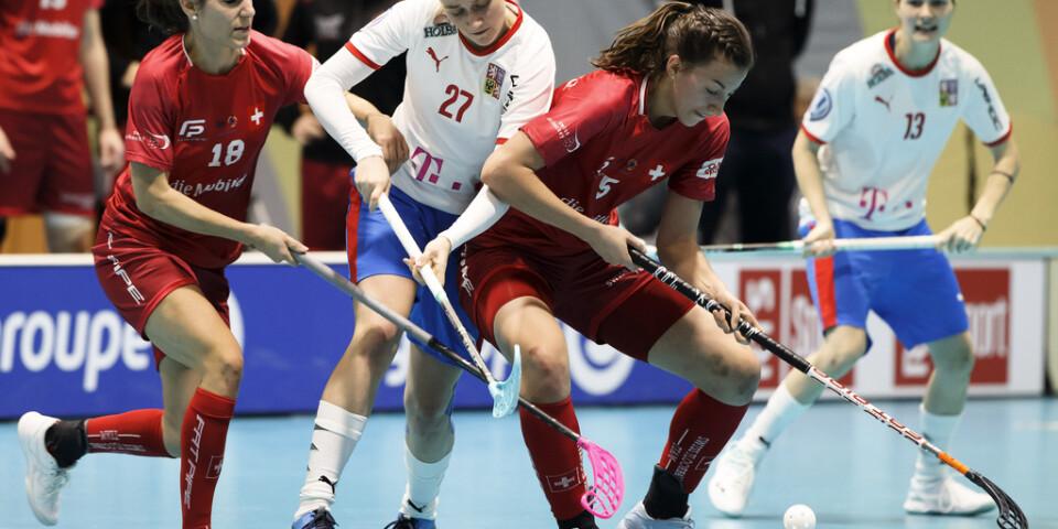 Schweiz är vidare till VM-final mot Sverige på söndag, efter en bragdartad upphämtning i semifinalen mot Tjeckien.