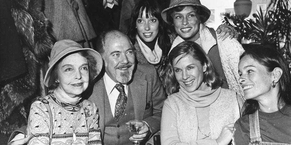 Regissören Robert Altman tillsammans med några av de skådespelare som medverkat i hans filmer: Från vänster Lillian Gish, Altman, Bibi Andersson, och Geraldine Chaplin. Stående från vänster: Shelley Duvall och Lauren Hutton.