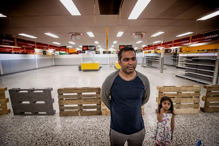 Anjum Iqbal, med dottern Aleena Anjum, besökte Nettobutiken innan den stänger för gott. Han är orolig för sina äldre grannar som får långt till närmaste butik.