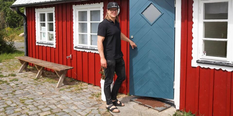 Nils Palmlund från Åhus har nyligen öppnat glasskiosk i Simrishamns fiskestuga. Kiosken som delar lokal med Simrishamns Dartförening har fått det träffsäkra namnet, Otto mitt-i-prick.