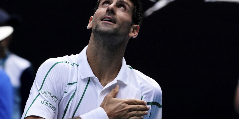 Novak Djokovic firar efter segern mot Diego Schwartzman i Australian Open.