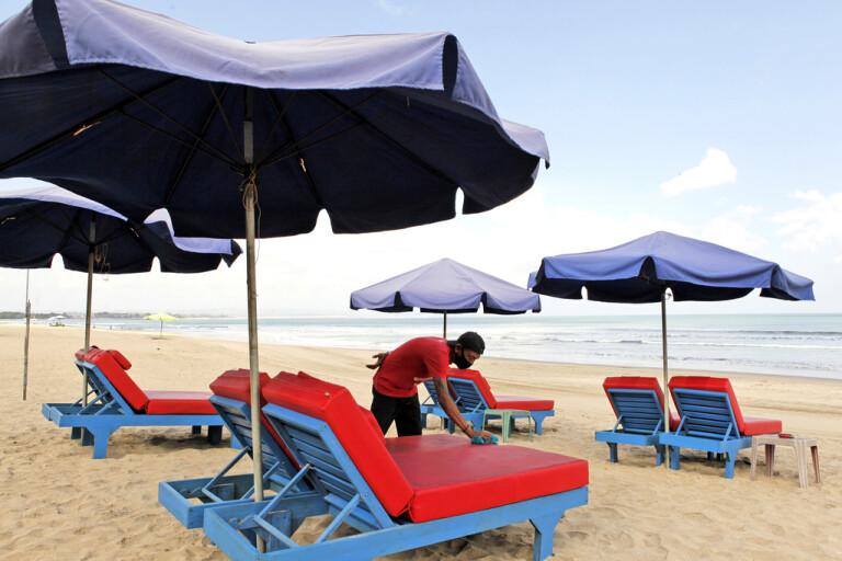 Tomma strandstolar på Bali i Indonesien. Arkivbild.