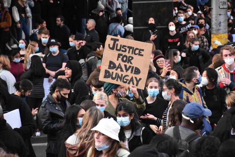 """I Sydney protesterade människor på lördagen till stöd för rörelsen i USA, men också mot polisbrutalitet mot den inhemska ursprungsbefolkningen. David Dungay var en aboriginsk man som dog efter att ha blivit fasthållen av fängelsevakter. Han ska, liksom George Floyd, ha ropat """"Jag kan inte andas""""."""