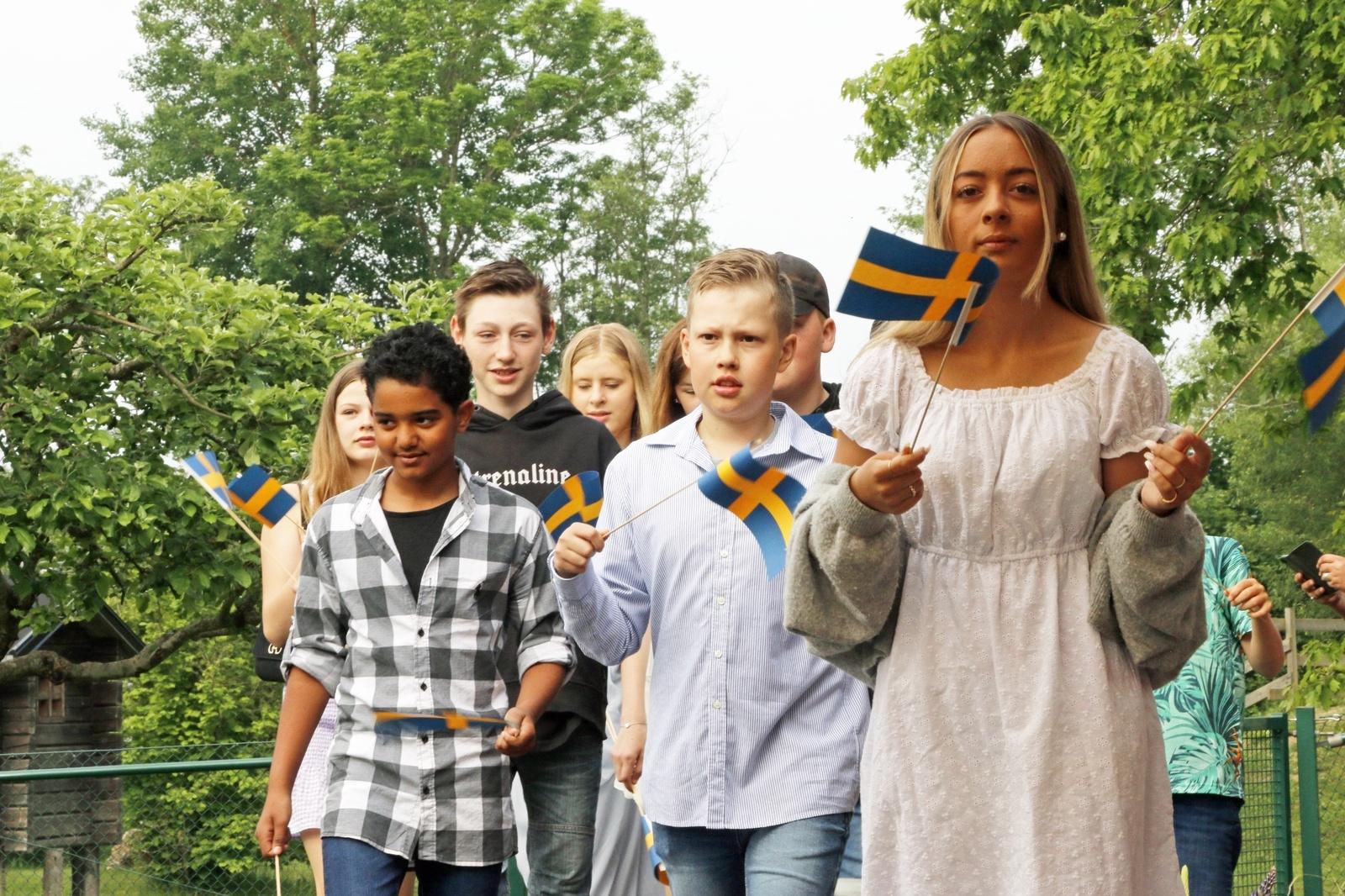 Avslutningsceremonin inleddes med att sexorna tågade in med flaggor i högsta hugg.