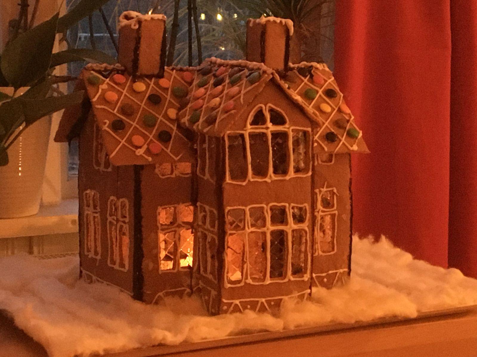 """""""Nu tuffar vi emot jul och glädjen att få vara tillsammans"""", skriver Ann-Louise från Färjestaden som byggt både ett pepparkakshus och ett pepparkakståg."""