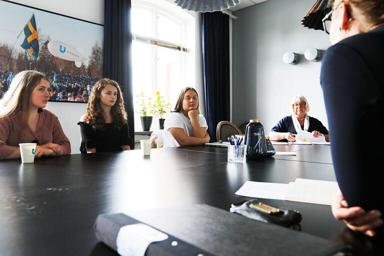 Ferieentreprenörerna Clara Norling, Elise Josefsson och Maja Blom. Projektledaren Ulla Zander och i förgrunden syns Charlotte Svensson, Näringsliv Ulricehamn.