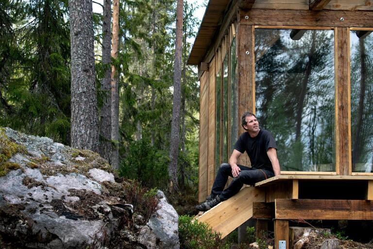 Erik Hjärtfors satsar på naturturism. Mitt ute i skogen har han byggs sin första timmerstuga som står redo för uthyrning i sommar.