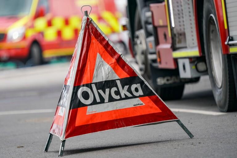 Trafikolycka: Bil voltade in i skogen – en till sjukhus