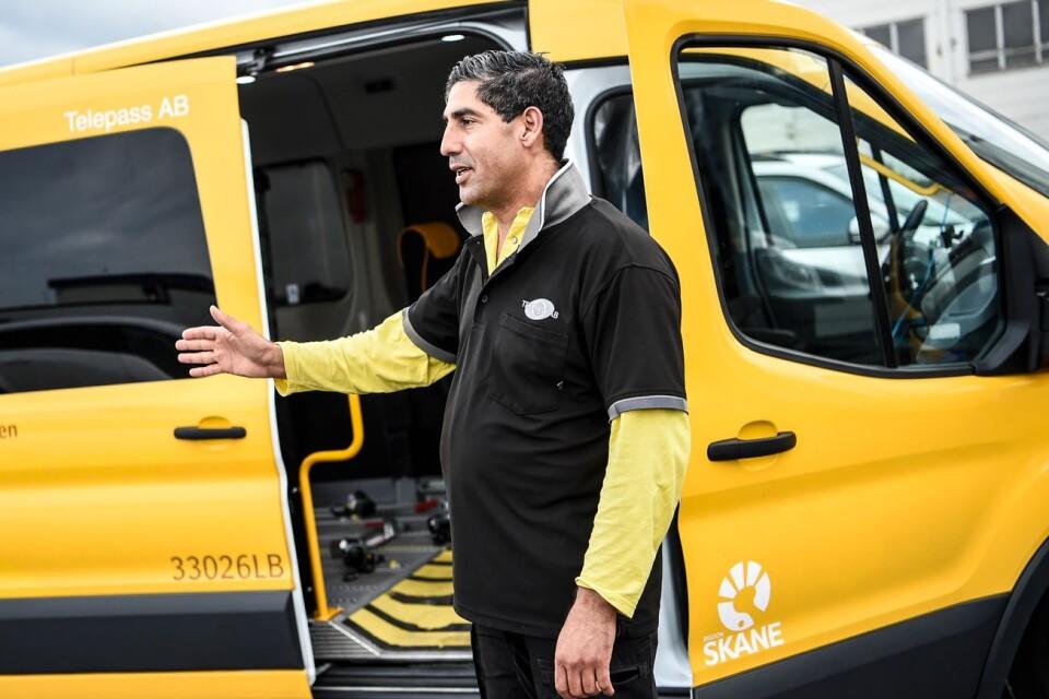"""När Mohamed Akrim fick frågan om att köra patienter med corona tvekade han inte. """"Jag frågade bara om en sak: personlig säkerhet. Inte för min skull, utan för mina barn och deras hälsa."""