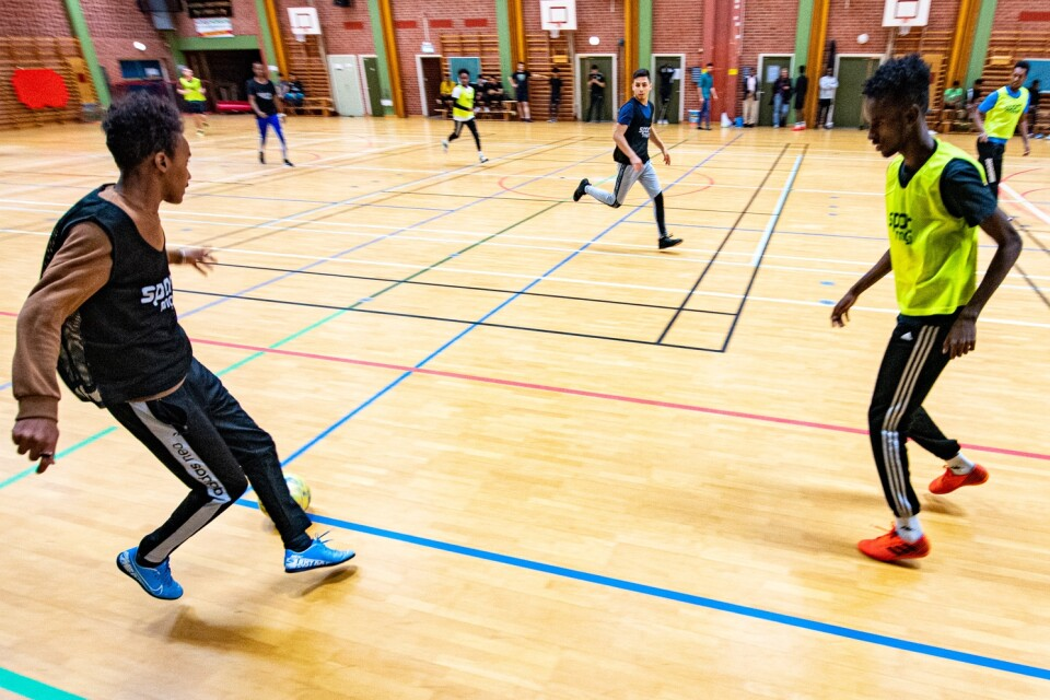 Föreningen Framtida Ungdomar har lockat med sig många nyanlända ungdomar till Fryshusets fotboll i sporthallen.