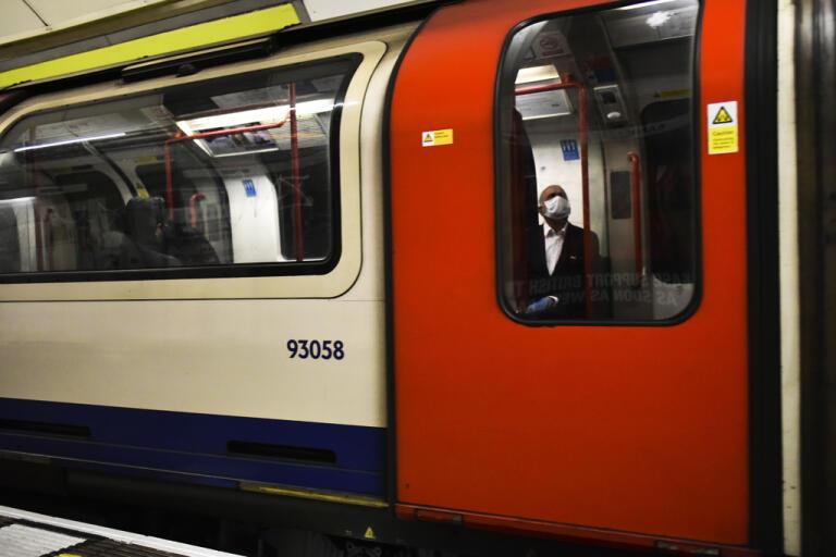 Från och med den 15 juni blir munskydd obligatoriskt i den engelska kollektivtrafiken. Arkivbild.