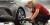 När Vanja Hellberg lägger däckglans på en bil sprutar hon aldrig medlet direkt på hjulet, för då riskerar det att komma på ställen där det inte ska vara. I stället sprutar hon medlet på svampen.