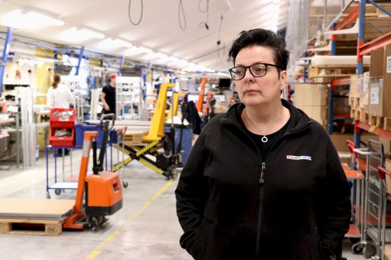 Dagen efter beskedet om att fabriken ska läggas ner är stämningen dämpad hos Glamox i Gårdveda. Ulrica Edgren, Metalls klubbordförande på Glamox, har jobbat i över 20 år på företaget och hon är rejält besviken.