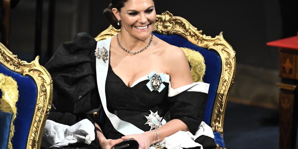 Kronprinsessan Victorias omfångsrika klänning får beröm av modeexperterna.