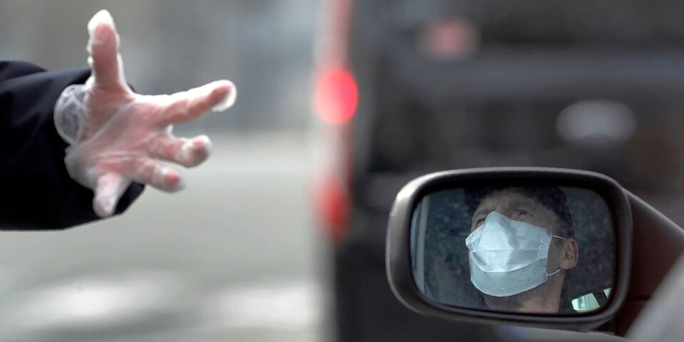Lagens inplastade hand. En polis talar med en munskyddsförsedd taxichaufför i Paris. I Sverige är det de självständiga myndigheterna som gör jobbet, i Frankrike vill den politiska makten – presidenten – ta ett starkare grepp om insatserna.