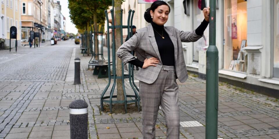 Rutigt är höstens hetaste mönster, både byxor, kavajer och kjolar. Tairhe Kochai visar den glencheck-rutiga kostymen.