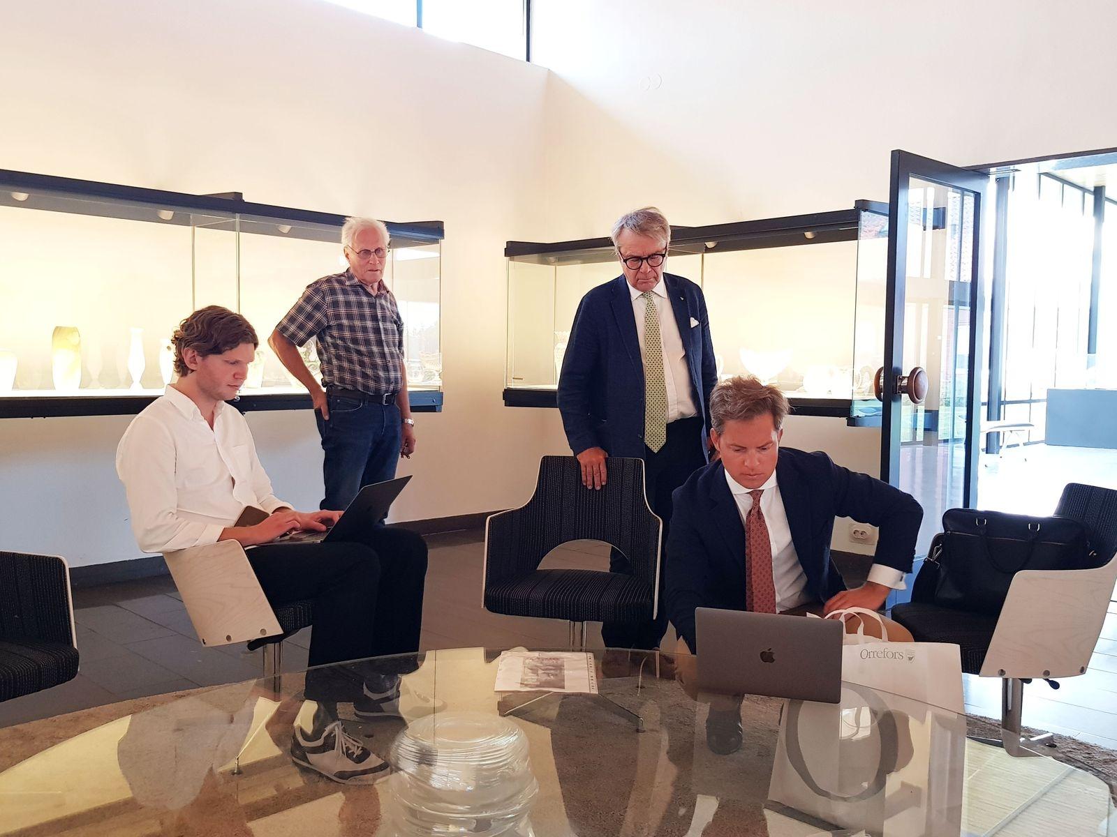 Karl Green från Uppsala Auktionskammare, Roland Larsson från Glasrikets skatter och Järngänget i Orrefors - som hjälpte till med allt det praktiska - samt Knut Knutson och Oscar Silfverhielm från Uppsala Auktionskammare.