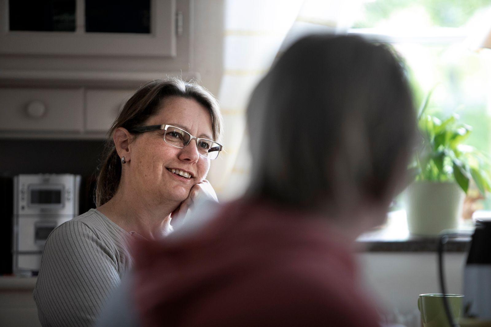 Marianne Jensen Rose bjuder Rias besökare på kaffe, mackor och gröt.