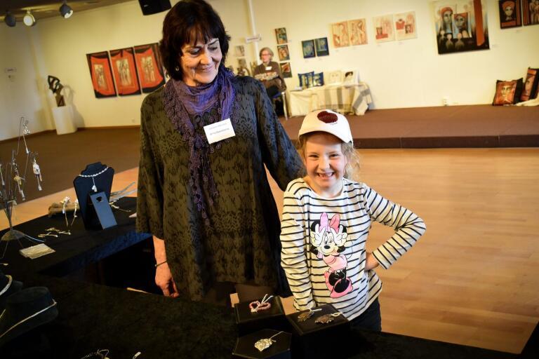 Konstnären Anita Ekenstierna med barnbarnet Linnea Jönsson.