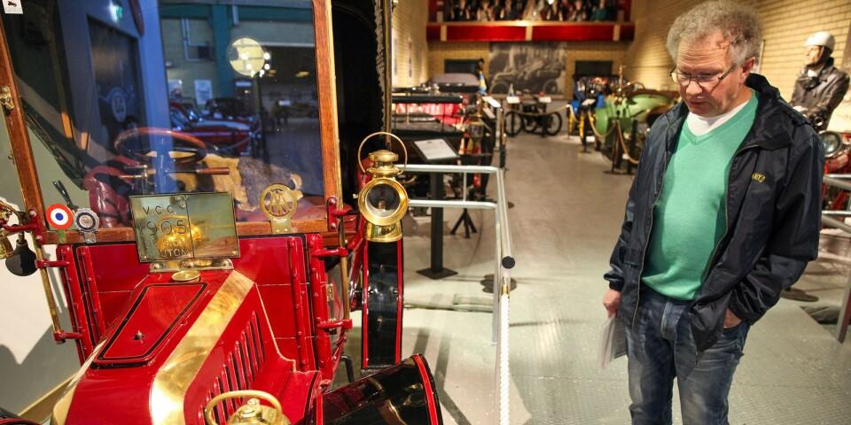 Björn Stensson, ordförande i Autoseums Vänner, visar den nya avdelningen där museets äldsta rariteter samlats, bland annat en De Dion Bouton från 1905.