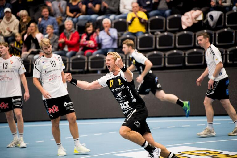 Comebackande Nicklas Grundsten jublar efter ett av sina två mål mot Skånela i det som blev HIF Karlskronas första hemmaseger för säsongen och också lagets andra raka.