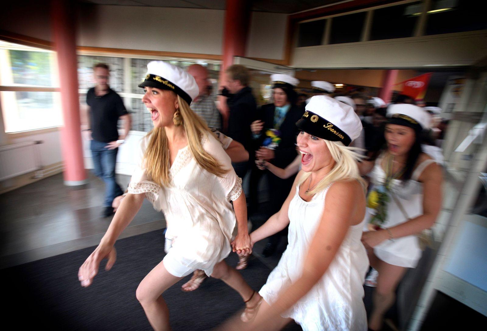 Glädje och skrik när Matilda Karlsson och Elin Svensson från ES03D springer ut från Jenny Nyströmskolan 2009.