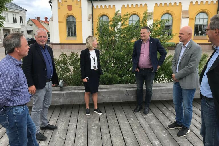 Borgholm lyfter i företagsmätning. Från vänster: Kristian Sjövall (näringslivsutvecklare), Jens Odevall (kommunchef), Anneli Nilsson (Ölands bank), Ilko Corkovic (S), Staffan Larsson (C) och Carl Malgerud (M)