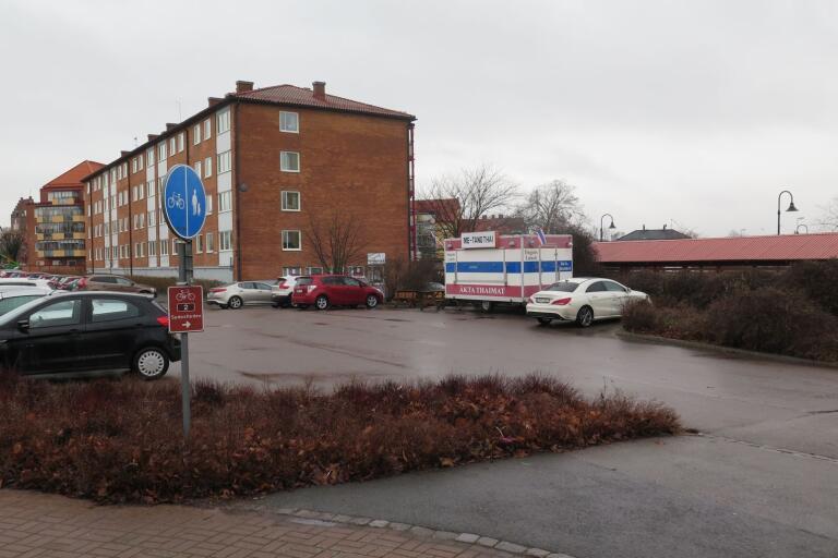 Här på Malborkplatsen planeras det på både bostäder och handel. Kommunen meddelar att projektet genom ett planförslag har tagit ett steg närmre att bli verklighet.