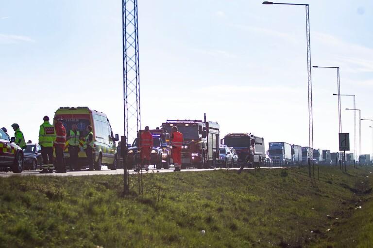 En lång rad lastbilar och bilar som var på väg mot Trelleborg när olyckan inträffade fick vänta längs infarten i en och en halv timme medan arbetet på olycksplatsen pågick.