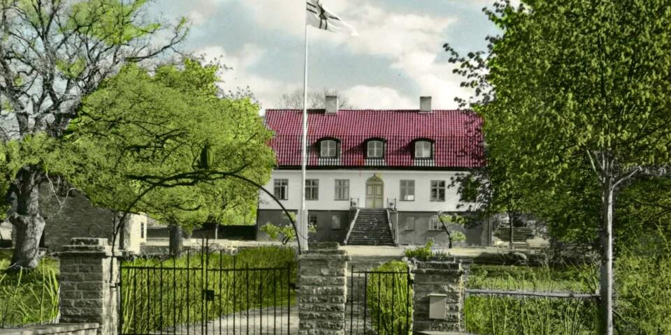 Det här kolorerade vykortet visar Rosenfors när den pampiga byggnaden blivit vandrarhem i Svenska Turistföreningens regi. Nu är den historietyngda fastigheten till salu för 5 975 000 kronor.