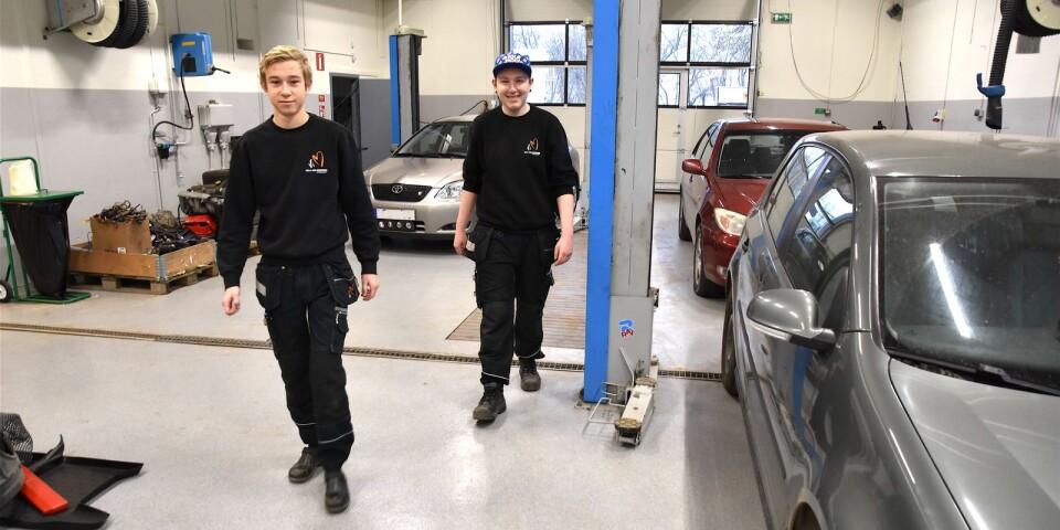 Ljust och fräscht, med till viss del ny utrustning, har det blivit även i det ordinarie fordons- och transportprogrammets verkstad. Nu siktar Nils Holgerssongymnasiet i Skurup på att bli motorbranschcollege. Förstaårseleverna Didrik Håkansson och Lucas Constantin Scheil är nöjda.