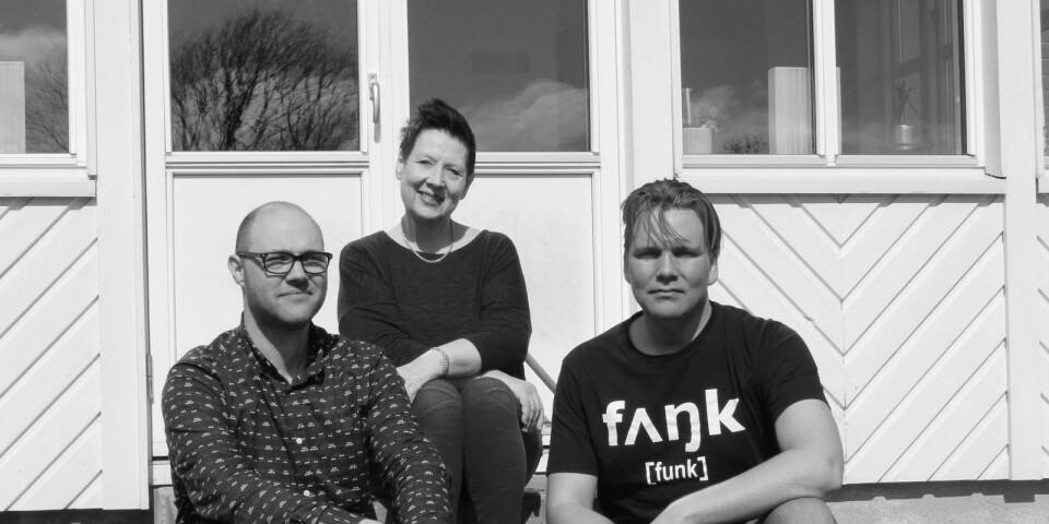 Vissångerskan Nadja Eriksson och två av medlemmarna i Trio komp.