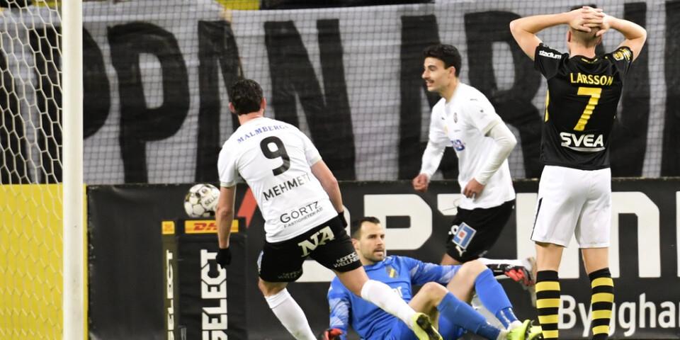 Örebros Deniz Hümmet, i mitten, jublar efter 2–0-målet mot AIK.