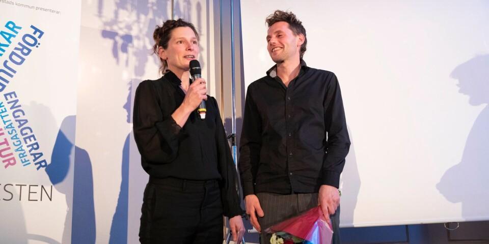 Etta Säfve och Jona Elfdahl från Gyllboverket tog emot YA:s kulturpris 2019.