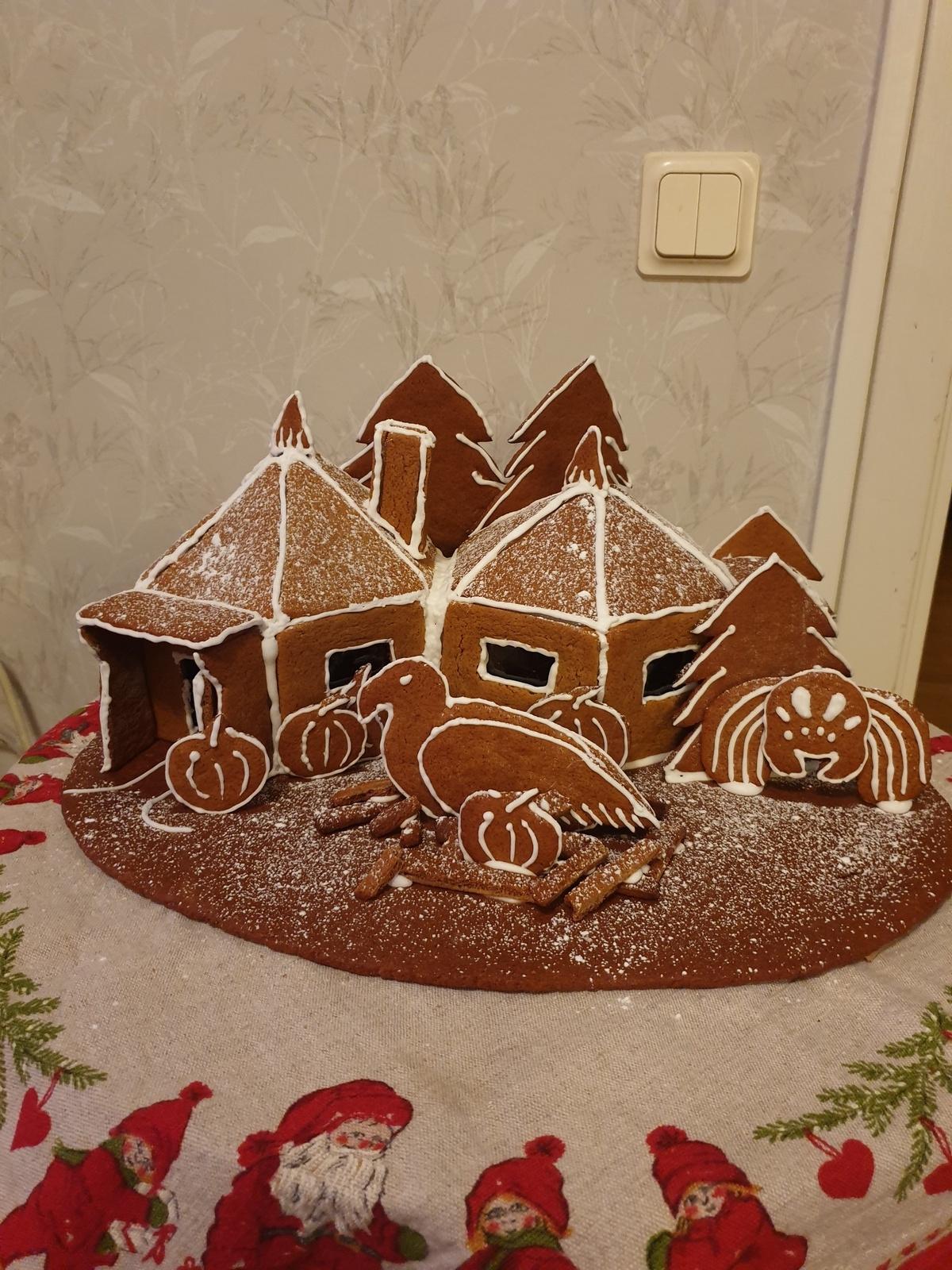"""""""Detta är mitt pepparkakshus som ska föreställa Hagrids stuga i Harry Potter"""", hälsar Tove Jonsson i Oskarshamn."""
