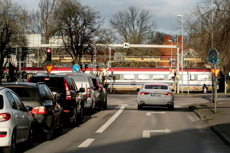 Kommunens utredare vill stänga plankorsningen vid Stensövägen samt den vid Slottsvägen.