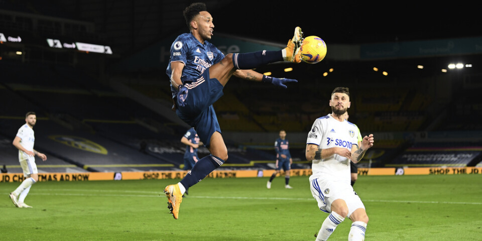 En flygande Pierre-Emerick Aubameyang i Arsenal plockar ned bollen i mötet med Leeds. Men hans lag är långtifrån flygande och fick nöja sig med 0–0.