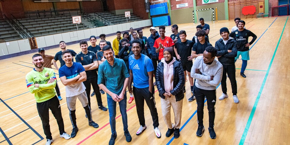 """20-40 young people usually get together three evenings a week in the sports hall in Broby. But since 27th October football has been cancelled. In the front row leaders Abdalla Hosseini, Abdirahman """"Abdi"""" Ali, Yasmin Mahammud and Adan Mohammed."""