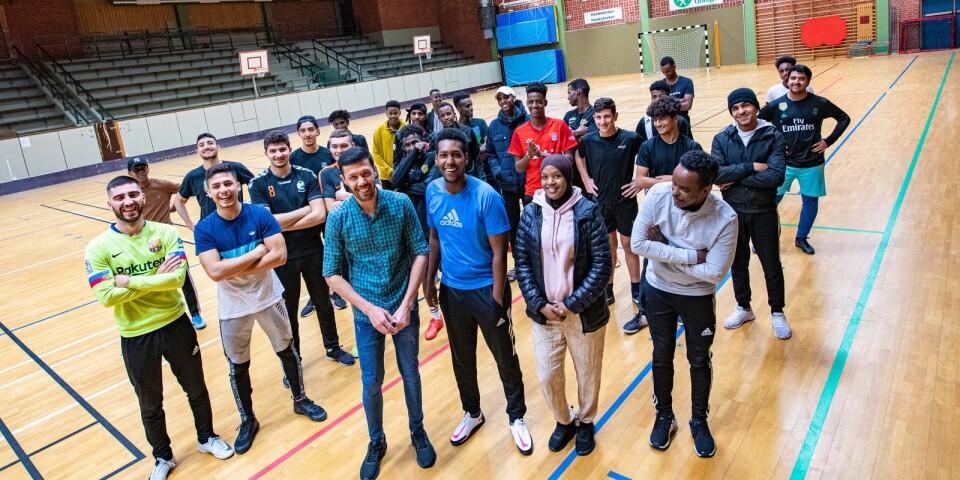 """20-40 ungdomar brukar samlas tre kvällar i veckan i sporthallen i Broby. Men sedan 27 oktober är fotbollen inställd. Längst fram ledarna Abdalla Hosseini, Abdirahman """"Abdi"""" Ali, Yasmin Mahammud och Adan Mohammed"""