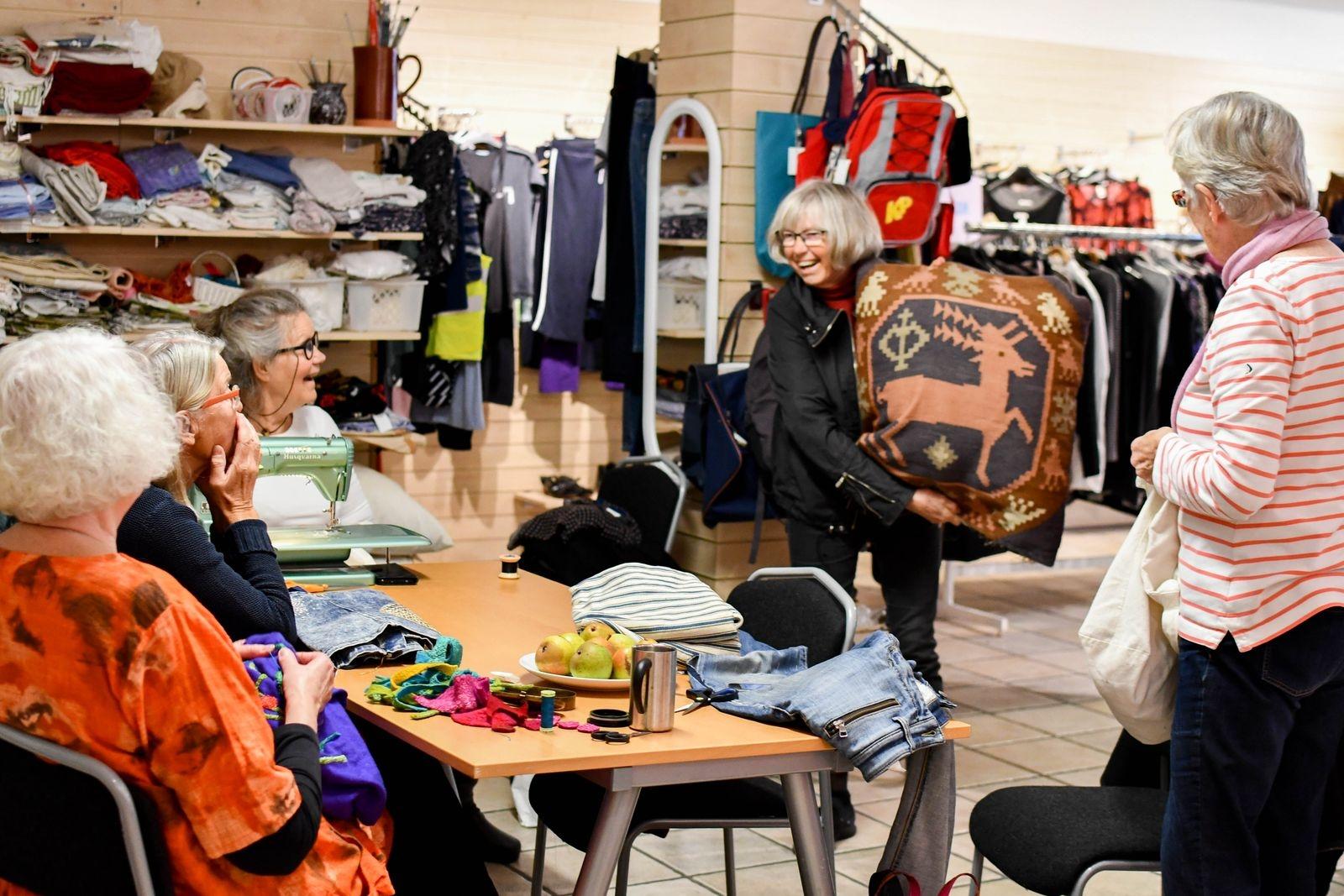 Anne Henricson ansluter till det glada gänget i sällskap med en röllakankudde i behov av att sys ihop.