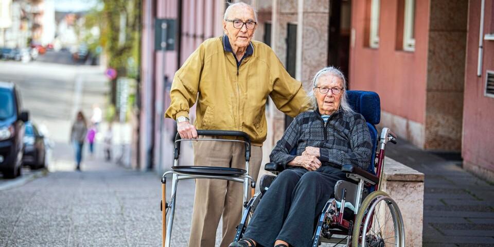 """Olle, 97, slåss för sig och sin 91-åriga sambo. Han är så besviken på det Sverige han tidigare alltid hållit så högt. """"Varför anses en 97-åring bara som besvärlig?"""", undrar Ölandsbladets chefredaktör Peter Boström, som är kompis med Olle."""