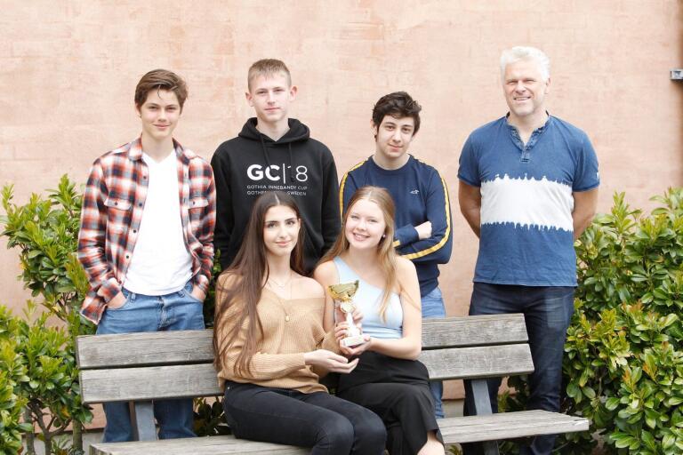 Bakre raden från vänster: Love Borgius, Filip Jonasson, Bashar Makkaoui och Kai Voss. Främre raden från vänster: Ala Alanerway och Josefin Brorsson.